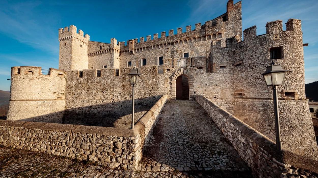 Castello orsini hotel nerola a nerola lazio for Planimetrie della camera a castello
