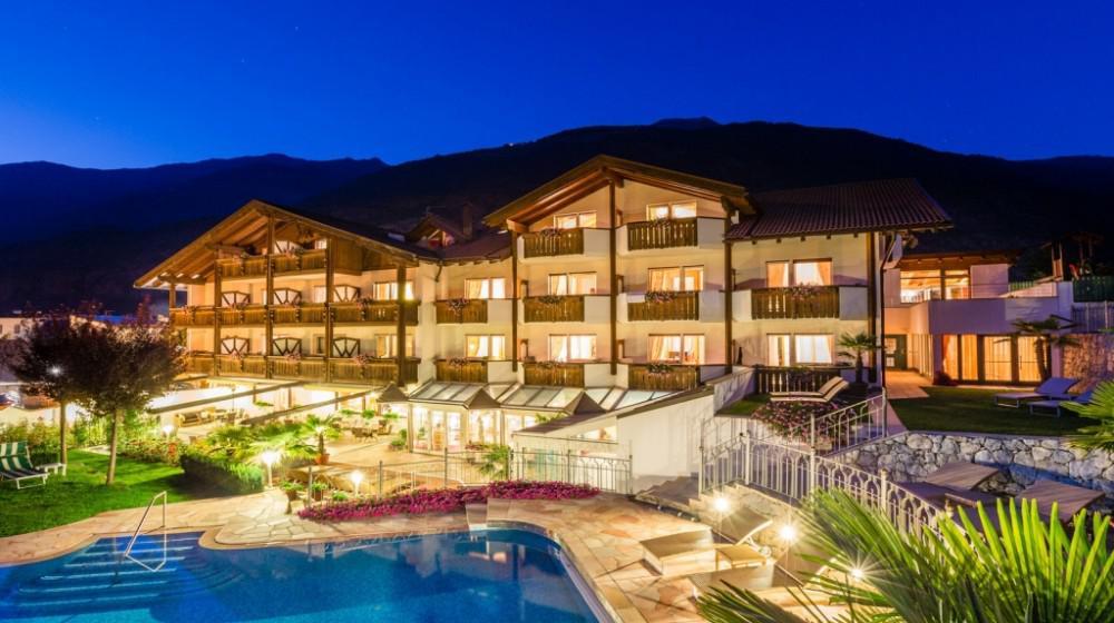 Dolce vita hotel jagdhof a laces trentino alto adige - Hotel con piscine termali trentino ...