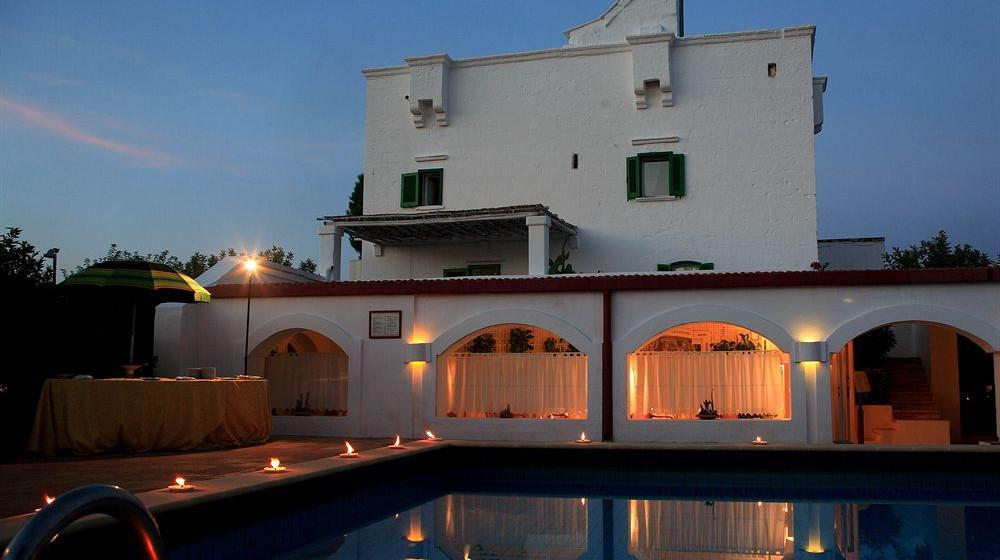 Baños Turcos Los Olivos:La cena se sirve en el jardín del Hotel Il Melograno Los huéspedes