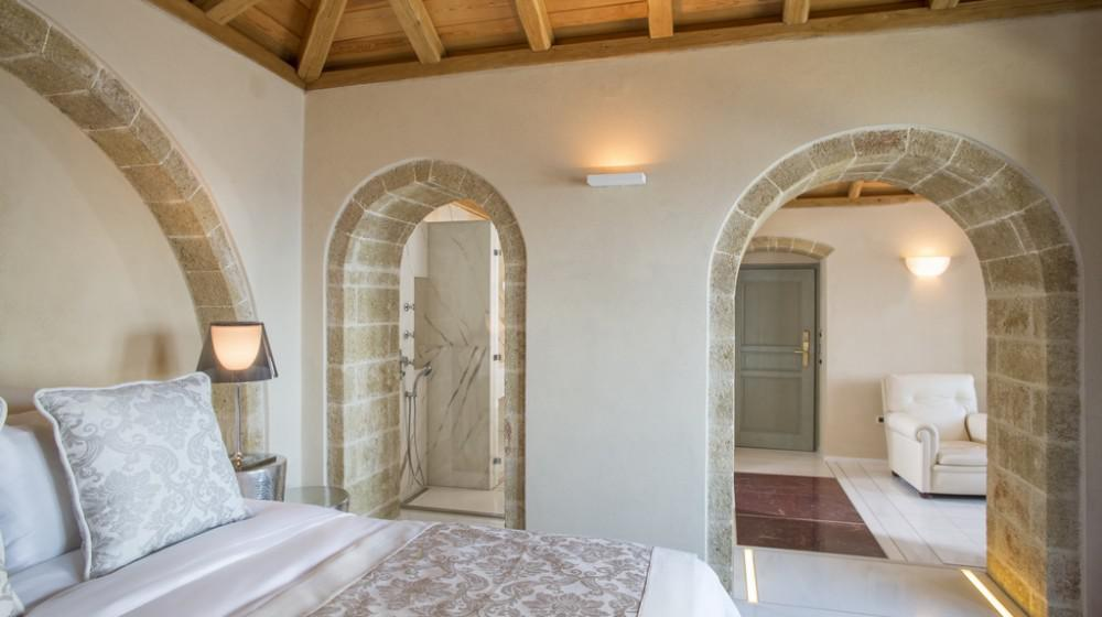 Moni Emvasis Luxury Suites